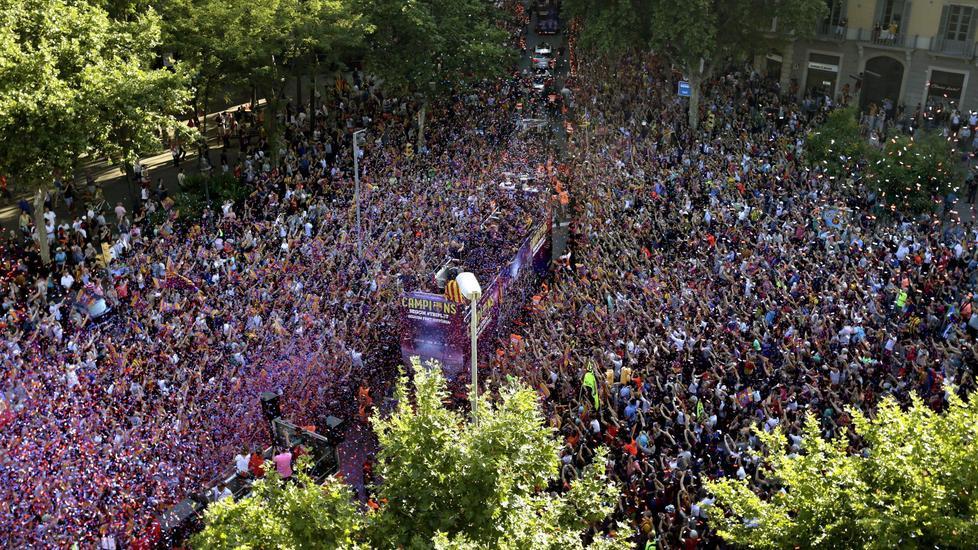 Barcellona che marea di tifosi per la parata del triplete for Piani di costruzione triplex