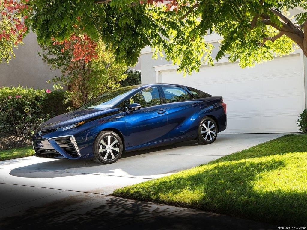 Toyota Mirai, immagini della berlina a idrogeno