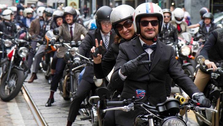 In moto con barba e baffi: gentiluomini per la ricerca