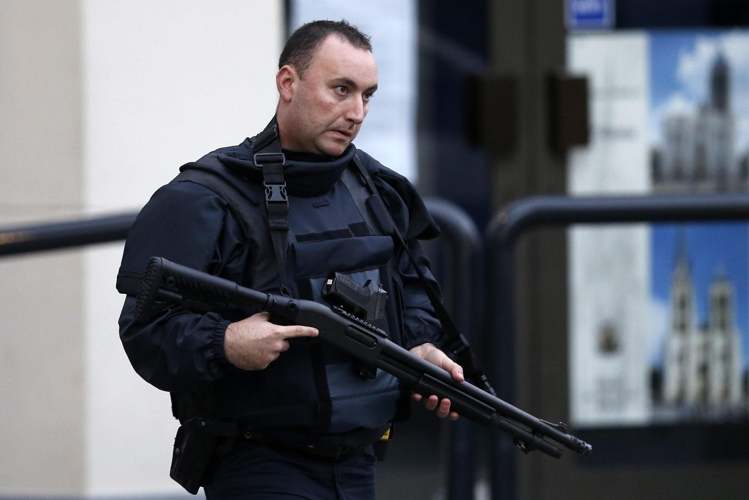 Parigi, blitz anti terrorismo a Saint Denis: donna kamikaze si fa esplodere