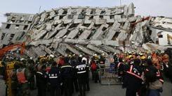 Taiwan scossa da un terremoto, crollano alcuni palazzi