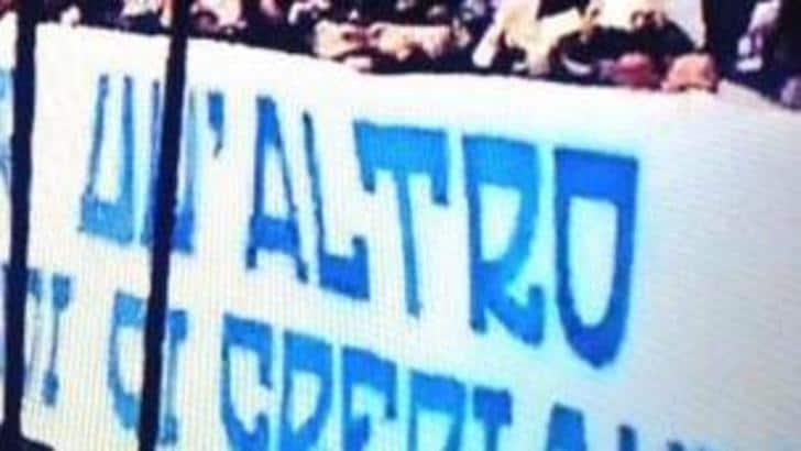 Striscione dei tifosi Napoli L'errore diventa virale FOTO