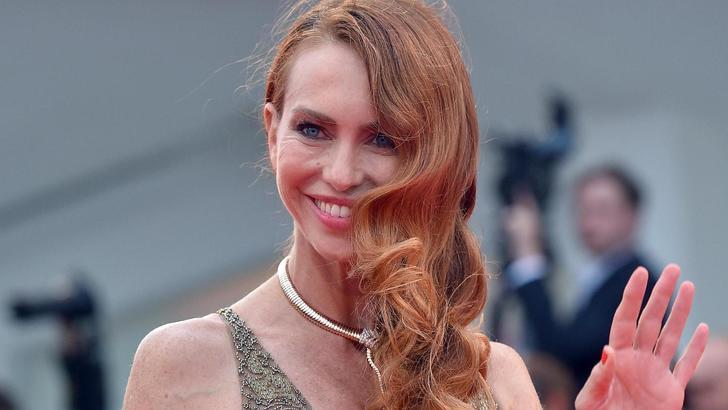 Yvonne Sciò, incidente sexy sul red carpet: cade e resta seminuda