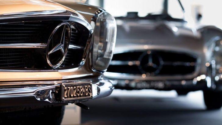 Mercedes invita i dipendenti BMW per i 100 anni