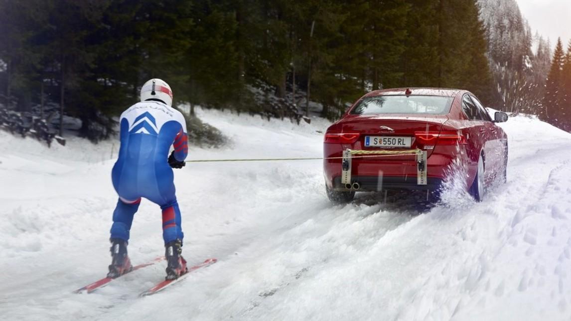A 160 sulla neve trainato da una Jaguar XE