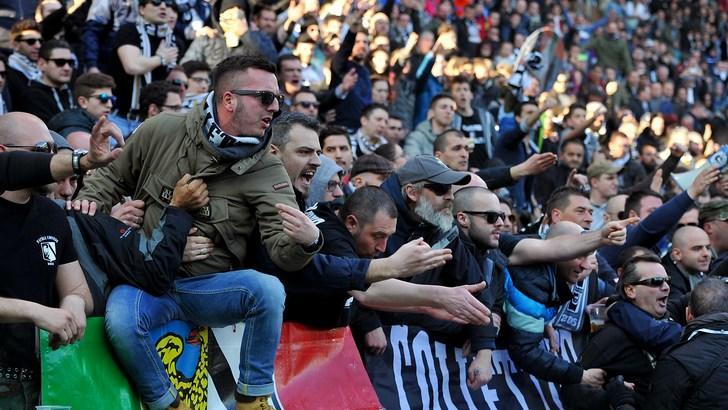 Udinese, contestazione dopo il ko con la Roma: squadra sotto la curva