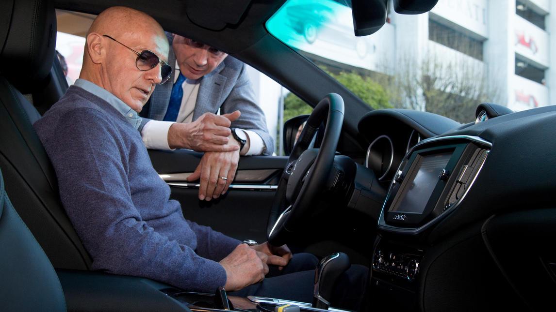 <p>L&#39;ex ct di Milan e Nazionale ama le auto sportive: l&#39;ultima passione &egrave; la uova Ghibli. Nella immagini la visita di Sacchi al quartier generale Maserati di Modena dove ha ritirato la Ghibli in versione V6 turbodiesel da 275 cv, un gioiellino da 68 mila euro.&nbsp;</p>