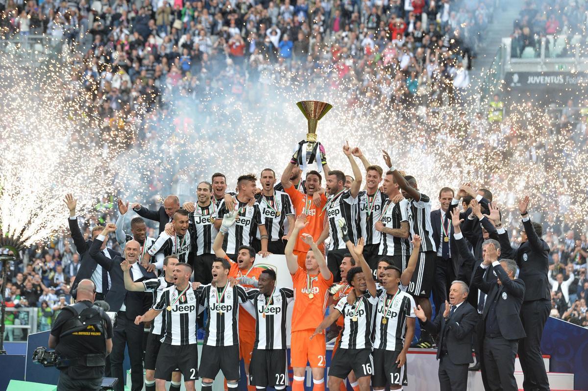 Juventus, tutti a centrocampo per la festa scudetto