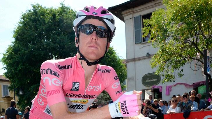 Giro d'Italia: la maglia rosa Kruijswijk cade sul ghiaccio
