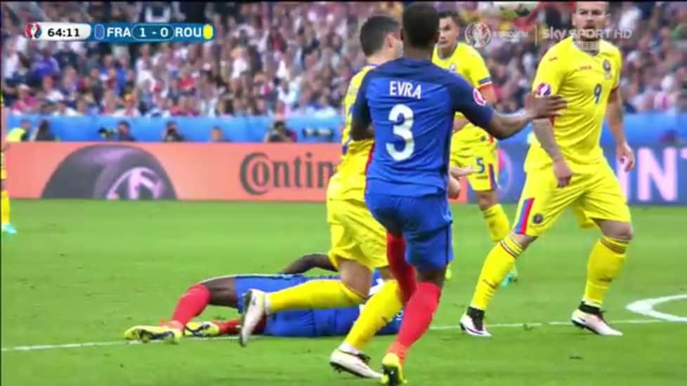 <p>L&#39;esterno della Juve atterra l&#39;attaccante rumeno che poi realizzer&agrave; il gol su rigore</p>