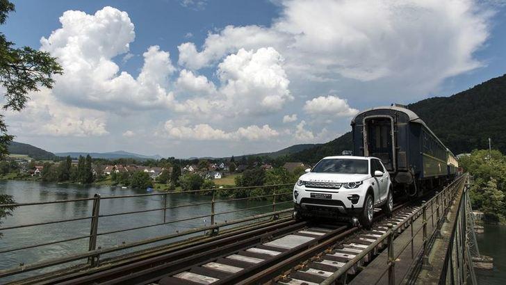 Land Rover Discovery Sport traina tre vagoni con la guida semi-autonoma