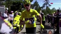 Tour de France, clamorosoalMont Ventoux: Froome tampona una moto e corre a piedi!