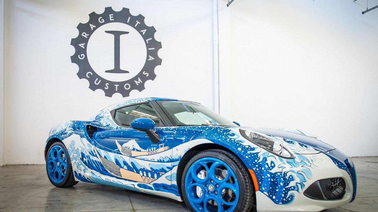 <p>Garage Italia Customs, atelier di personalizzazioni fondato da Lapo Elkann, espone a Los Angeles una one off su base 4C con carrozzeria ispirata al La grande onda dell&#39;artista giapponese Hokusai. Labitaolo &egrave; caratterizzato da pelle che ricorda le squame delle carpe e la leva del freno a mano &egrave; realizzata con la stessa tecnica dell&#39;elsa di una katana da samurai.&nbsp;</p>