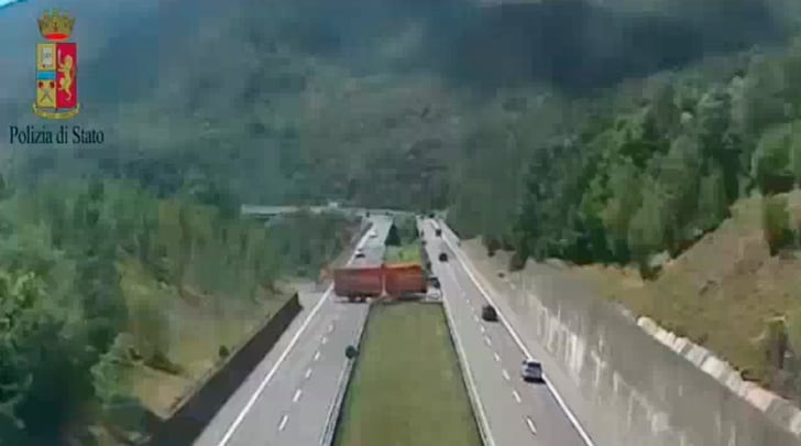 Il TIR fa inversione in autostrada, sfiorata latragediasulla Cisa
