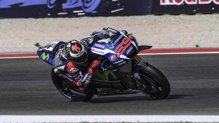 MotoGp, Lorenzo show a Misano: pole davanti a Rossi
