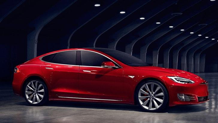 Tesla aggiorna l'Autopilot, ora è più sicuro