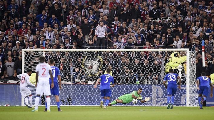 Buffon salva, Cuadrado segna: Juve eroica in 10!