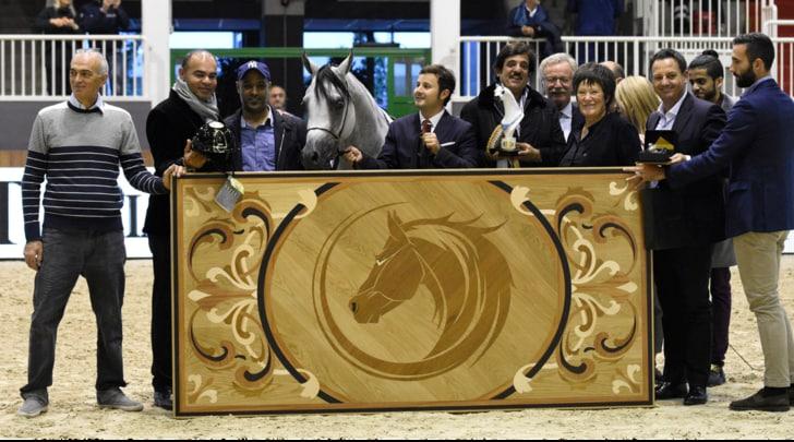Kep Italia premia il vincitore allo Straight Egyptian World Championship