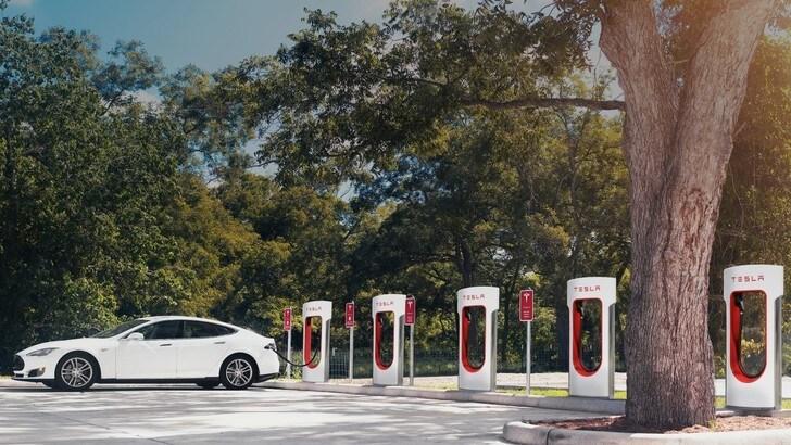 Tesla, i Supercharger diventeranno a pagamento