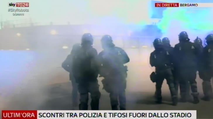 Risultati immagini per fumogeno disordini romanisti atalanta roma