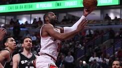 Wade affonda gli Spurs, Warriors inarrestabili