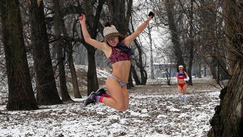 Nudi sulla neve, la folle corsa a Belgrado
