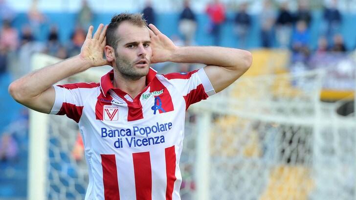 Calciomercato, Bari e Vicenza: ufficiale lo scambio Raicevic-De Luca
