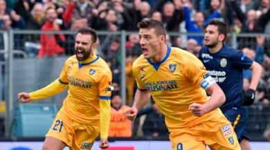 Serie B: Verona ko, il Frosinone mantiene la vetta. Novara e Pro Vercelli sorridono