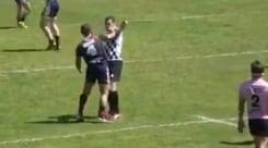 Francia, giocatore del Saint-Esteve viene espulso e dà un pugno all'arbitro - VIDEO
