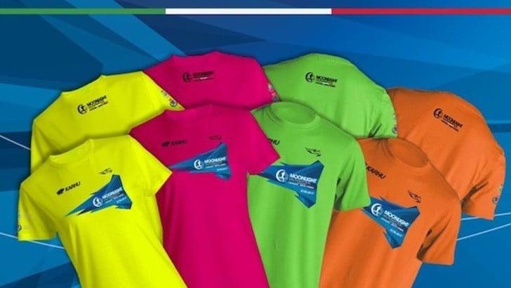 Party in spiaggia, t-shirt colorate: una festa da 4500 persone la Moonlight half Marathon