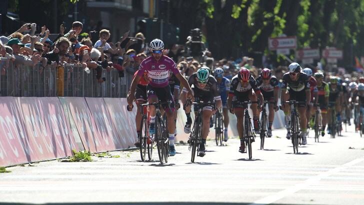 Prato, soccorre ciclista investito e poi lo picchia