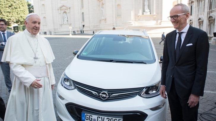 Opel Ampera-e, ora anche Papa Francesco ne ha una
