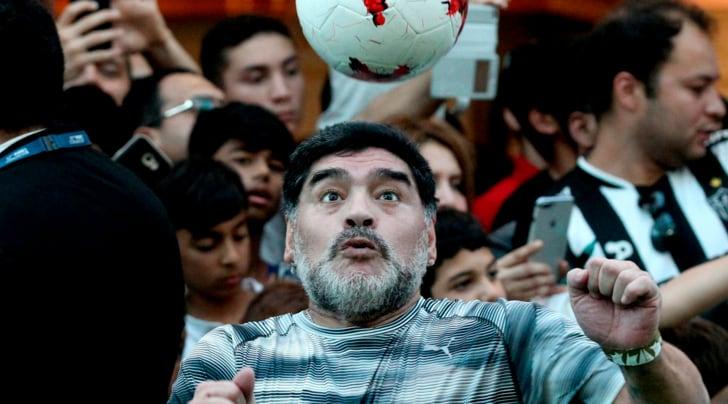 Maradona risponde a Dani Alves: «Mette 28 cross ne azzecca quattro»