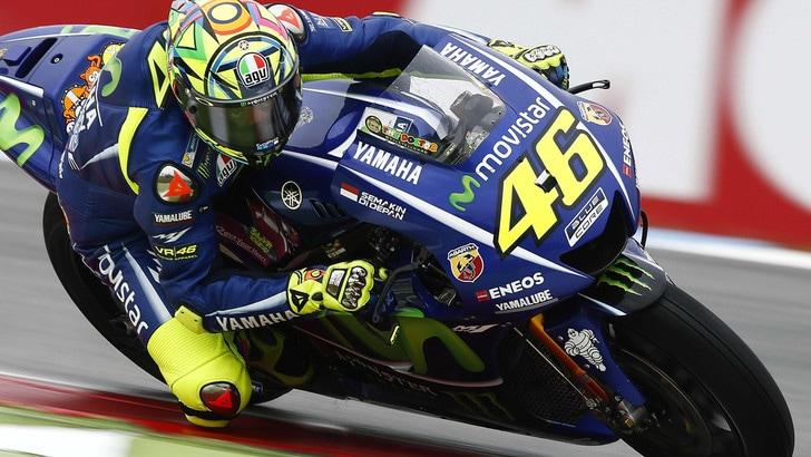 Valentino Rossi trionfa ad Assen davanti a Petrucci