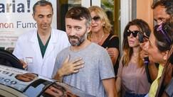 Biaggi lascia l'ospedale accompagnato da Bianca Atzei