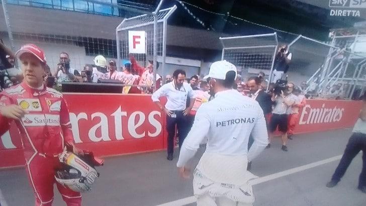 F1, che fa Hamilton? Rifiuta la stretta di mano con Vettel