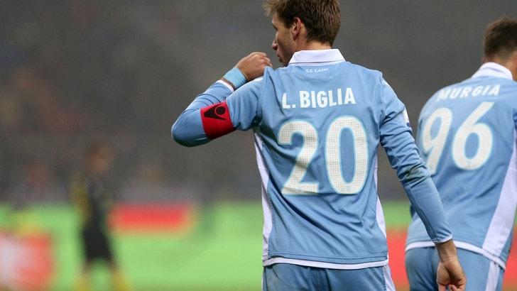 Milan, Biglia arriva in città. Tifosi rossoneri in festa