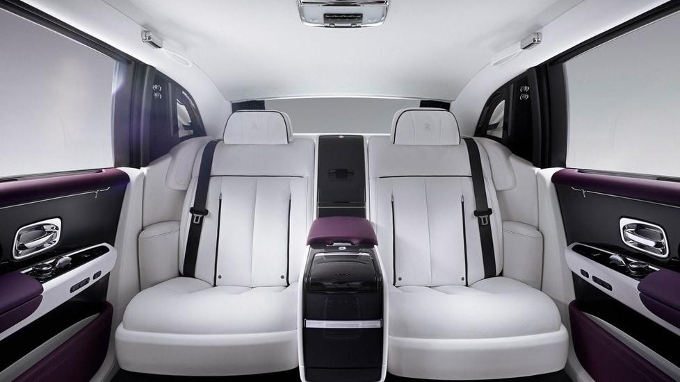 <p>Motore V12 biturbo di 6,75 litri di cilindrata, 571 CV di potenza e 900 Nm di coppia motrice abbinato a un cambio automatico a 8 marce, ma soprattutto un abitacolo dal lusso senza pari. Il prezzo si aggira attorno ai 450 mila euro. L&#39;ottava generazione di Phantom esce nel 2018 e ambisce allo scettro di auto pi&ugrave; lussuosa del mondo.</p>