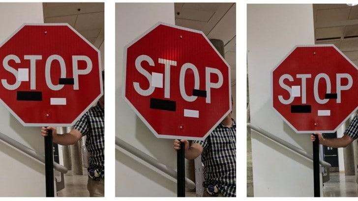 Nastro adesivo sui segnali stradali per confondere la guida autonoma