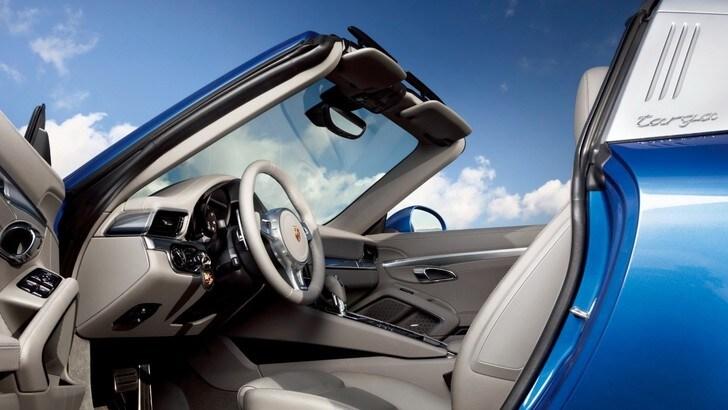 """Occhiali da sole in risarcimento ai clienti """"abbagliati"""" dalle Porsche"""