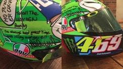 Valentino Rossi regala il casco alla famiglia Hayden
