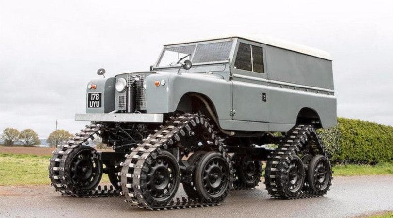 Land Rover Defender cingolata, pezzo unico all'asta