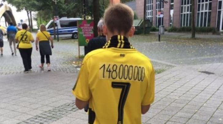 Borussia Dortmund: il tifoso si sfoga così sulla maglia di Dembélé