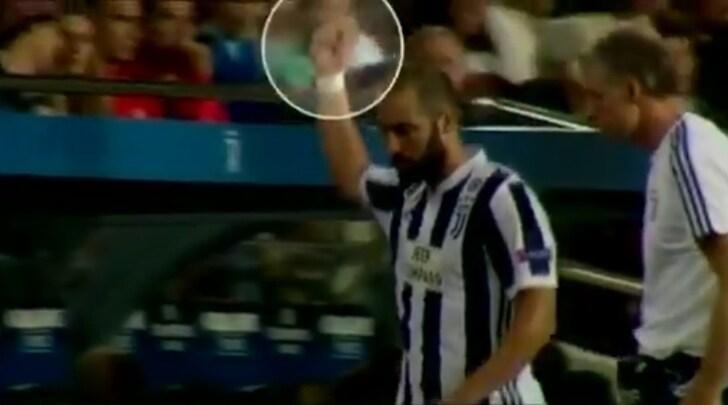 Barcellona-Juventus: Higuain mostra il dito medio al 'Camp Nou'