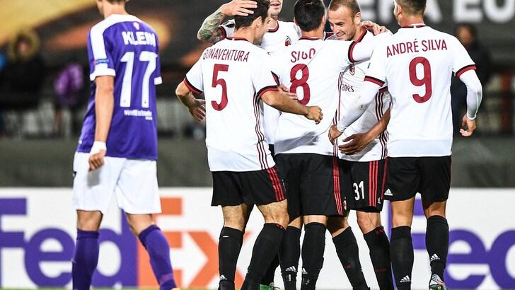 Il Milan festeggia il quinto gol firmato da Suso nella prima giornata di Europa League. Foto: EPA.
