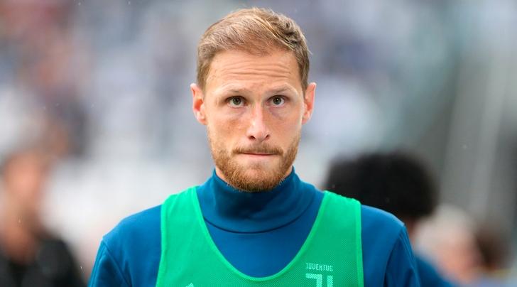 Juventus, lo strano caso Höwedes affaticato e poi stirato