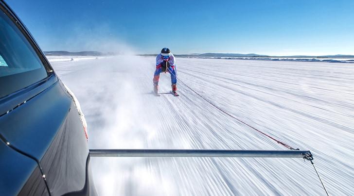 Record: sugli sci a 190 orari trainato da una Jaguar