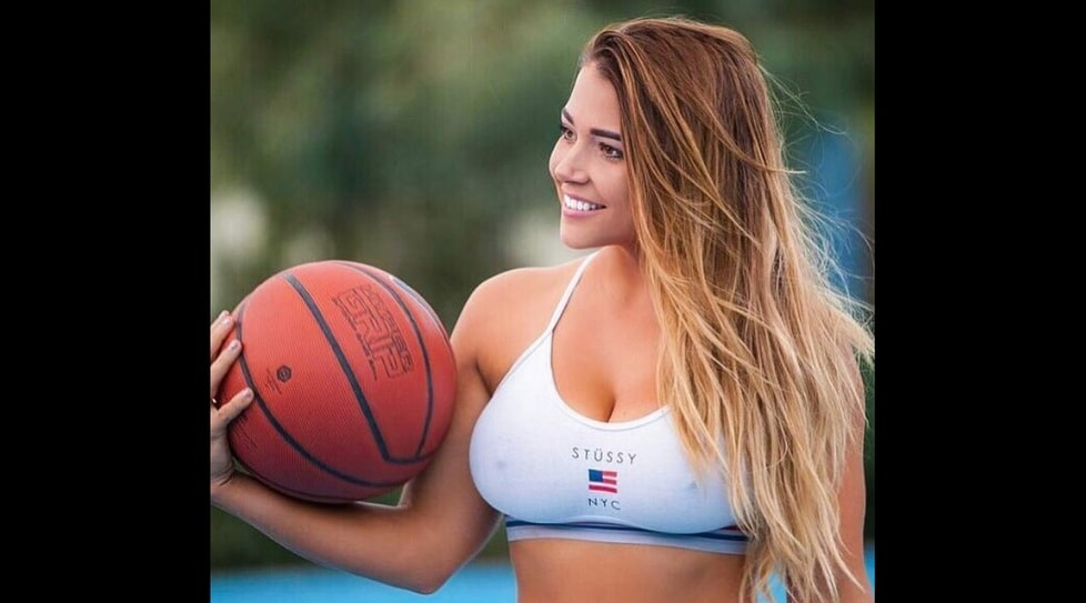 La 21enne australiana spopola su Instagram dove ha quasi 700mila follower. Fino a 17 anni ha coltivato il sogno di diventare una giocatrice di basket ma ha smesso di giocare a causa di un brutto infortunio