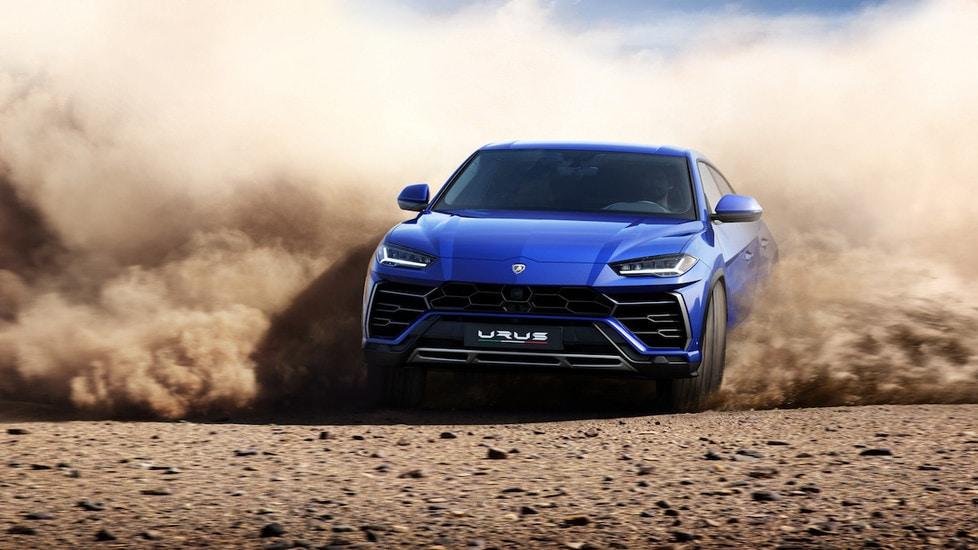 """Listino da 206 mila euro per il Super Suv Lamborghini, trent'anni dopo l'LM002. Urus è equipaggiato con motore turbo V8 4.0 litri da 650 cv e 850 Nm di coppia, capace di scattare da 0 a 100 km/h in 3""""6 e di raggiungere una velocità massima di 305 km/h, un record per la categoria. Il motore è abbinato a un cambio automatico a 8 rapporti,  trazione integrale e sistema a quattro ruote sterzanti. Cinque le modalità di guida disponibili: Strada, Terra, Neve, Sport e Corsa."""