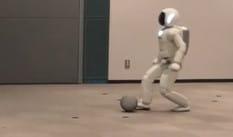 Honda Asimo, il robot che balla e calcia i rigori